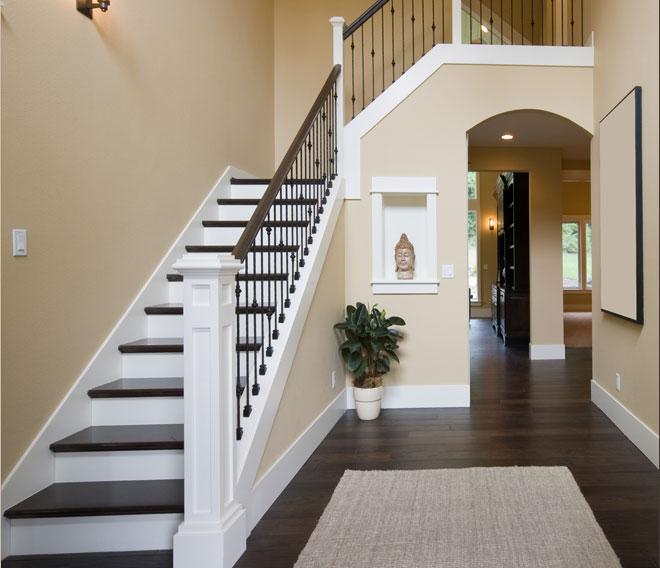 Трапециевидная лестница в интерьере